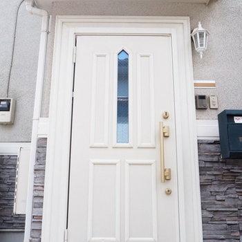 どんな人が住んでいるんだろうってわくわくしちゃう玄関ですね。※写真は1階の反転間取り別部屋