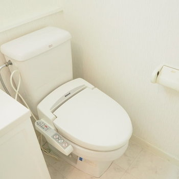 個室ではありませんが、バストイレ別。※写真は1階の反転間取り別部屋