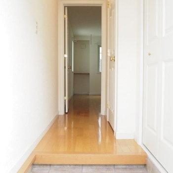 玄関部分に来ました。※写真は1階の反転間取り別部屋
