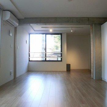2面採※写真は3階の同間取り別部屋のものです。光で明るいです。※写真は3階の同間取り別部屋のものです。