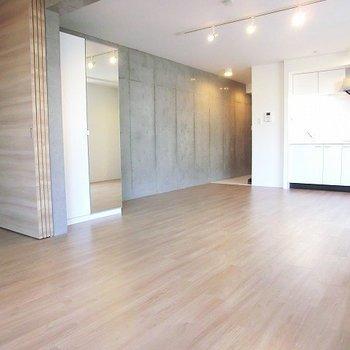 仕切りを取れば広いワンルーム。※写真は3階の同間取り別部屋のものです。