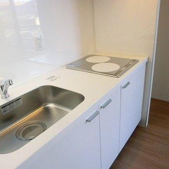 無駄のないスタイリッシュなキッチン。※写真は3階の同間取り別部屋のものです。