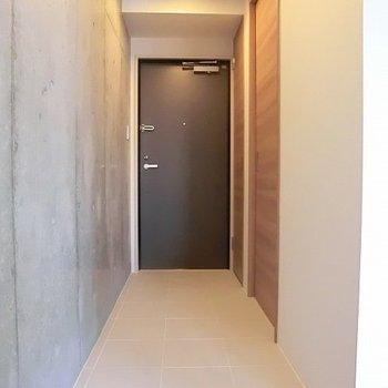 長い玄関。地続きで水周りへ。※写真は3階の同間取り別部屋のものです。