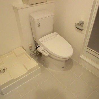 トイレと、洗濯機置場。※写真は3階の同間取り別部屋のものです。