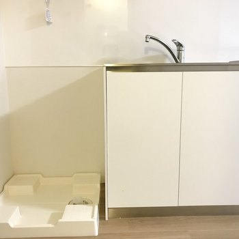 キッチンの横には洗濯機。向かいのサニタリーを見ていきましょう。