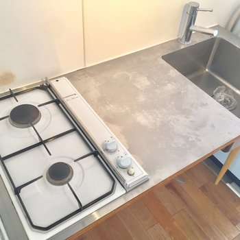 キッチンは2口で調理スペースも有!
