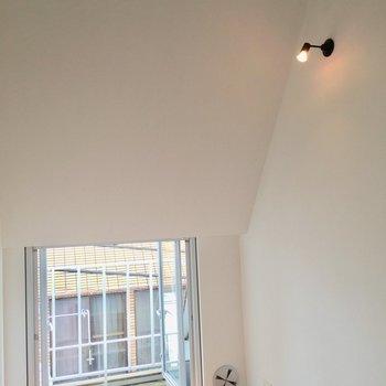 天井が斜めになっているのがおしゃれです