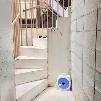 狭めの階段を4階まで頑張って上がります!!
