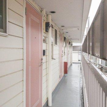 ピンク系の扉が並んでいる姿がかわいらしい。