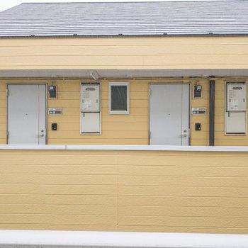 眺望はお向かいの黄色いアパートです。
