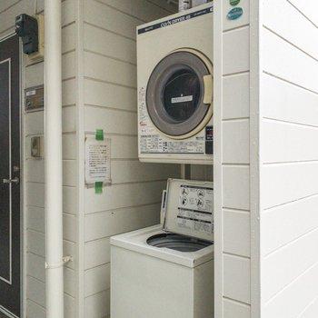 1階の廊下の手前にはコインランドリーがあるので、洗濯はこちらで。