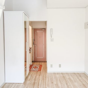玄関からピンク系の扉がこんにちは。