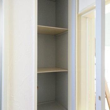 キッチンの背後にも収納が2段。こちらが上で