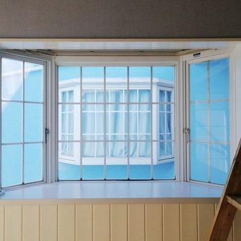 窓にブルー※写真は前回募集時のものです
