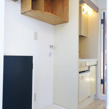 キッチン横に洗濯機を。上にも棚があります※写真は前回募集時のものです