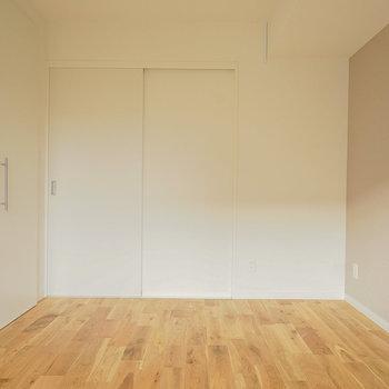 寝室の壁はアクセントクロスに!※反転間取りのお部屋の写真