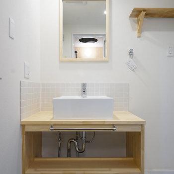 大工さんお手製の造作洗面台に※反転間取りのお部屋の写真