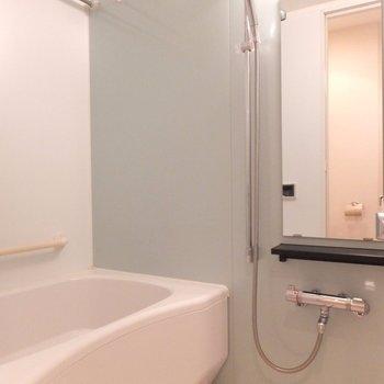 お風呂はゆったりサイズ。浴室乾燥機も付いています◎※写真は4階の同間取り別部屋のものです