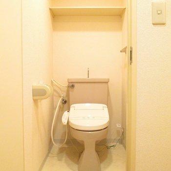 トイレです。上に棚付き。