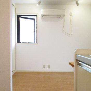 キッチンから横を見たときのお部屋です。