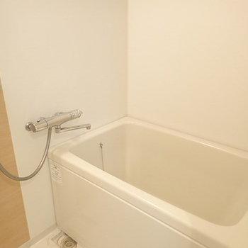 深めの浴槽。
