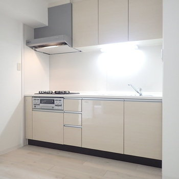 キッチンは床の色味に合わせたナチュラルなカラーのシステムキッチンです。