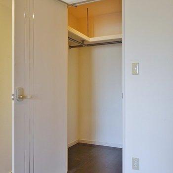 奥行きたっぷりで整理整頓がラクラク。※写真は一つ上の307号室のもの