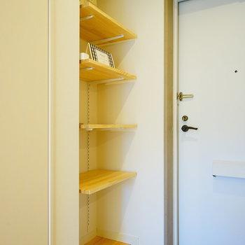 【イメージ】白の磁器タイルにパイン材の可動棚。