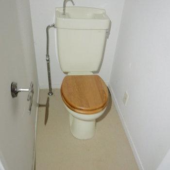 トイレには木製便座を!※写真はクリーニング前です
