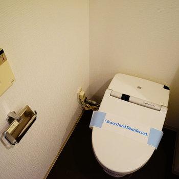 タンクレストイレで機能的!※写真は5階の同間取り別部屋のものです。