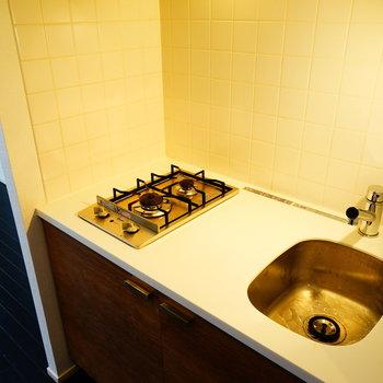 キッチンはコンパクトながら2口ガス!※写真は5階の同間取り別部屋のものです。