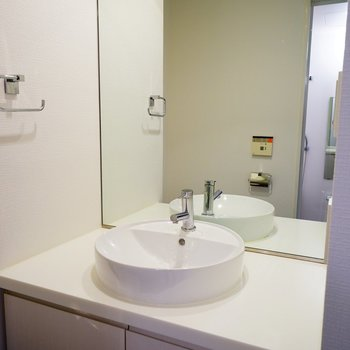 洗面台はゆったり!※写真は5階の同間取り別部屋のものです。