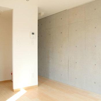 片面はコンクリート。※写真は4階の同間取り別部屋のものです。