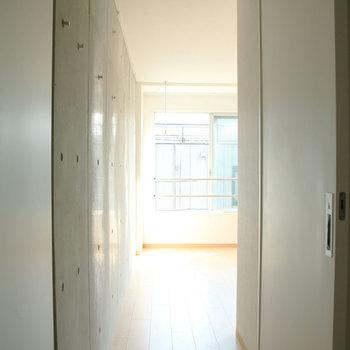 通路も雰囲気あります。※写真は4階の同間取り別部屋のものです。