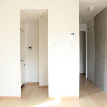 奥はキッチンスペース。※写真は4階の同間取り別部屋のものです。