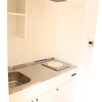 キッチンはシンプル。※写真は4階の同間取り別部屋のものです。