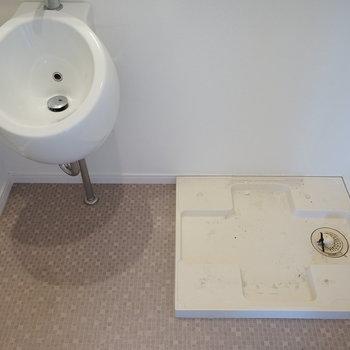 洗面台の横に洗濯機置場です。※写真は5階の同間取り別部屋のものです。