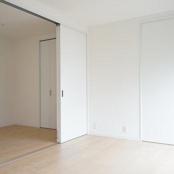 右奥は寝室です。※写真は5階の同間取り別部屋のものです。