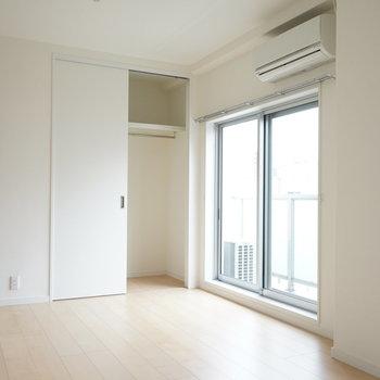 キッチン側からリビングを。※写真は5階の同間取り別部屋のものです。