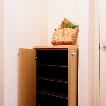 シューズボックスはシンプルなタイプ。※家具はサンプルです