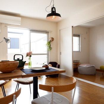 【LDK】洋室とは引き戸で仕切ることが可能です。※家具はサンプルです