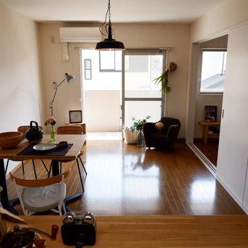【LDK】対面式なので、キッチンからはこんな景色が見えます。※家具はサンプルです