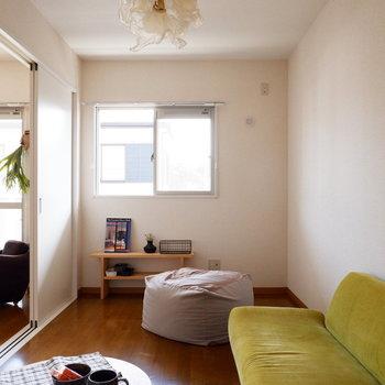 【洋室】気持ち良く目覚められそうですね。※家具はサンプルです