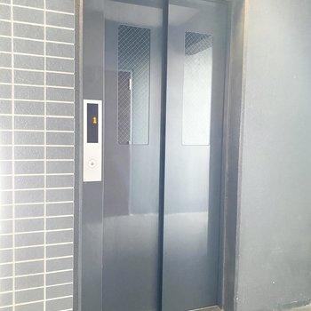 アクセスはこちらのエレベーターからどうぞ。