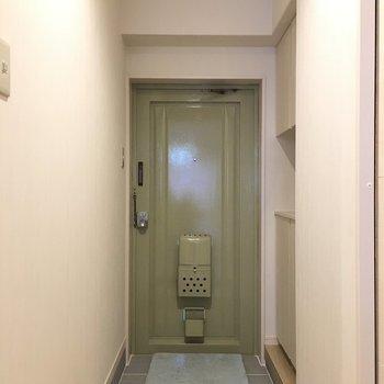 玄関の扉は若草色。渋めかわいい〜〜