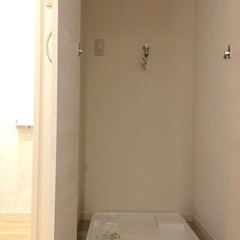廊下にある扉には洗濯機置き場がこっそり隠れんぼしてました!