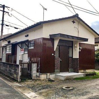戸建ての一軒家、玄関右には花壇があります。