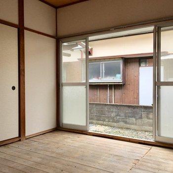 こちらは玄関近くの和室です。※写真は清掃前のものになります。