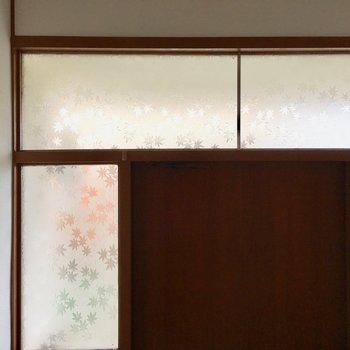 よーく見ると、玄関周りのガラスには紅葉模様が、、!※写真は清掃前のものになります。