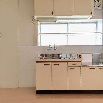 キッチンはこれまたクリーム色でレトロチック。左には冷蔵庫!そのまた左には洗濯機置けそう。※写真は清掃前のものになります。